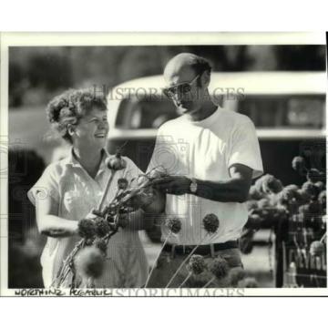1986 Press Photo Penny And James Rodda Of Ridgfield Inspect First Crop Of Garlic